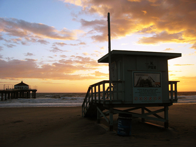 Photo of Manhattan Beach lifeguard station by Angelo DeSantis from Berkeley, US [CC BY 2.0], via Wikimedia Commons